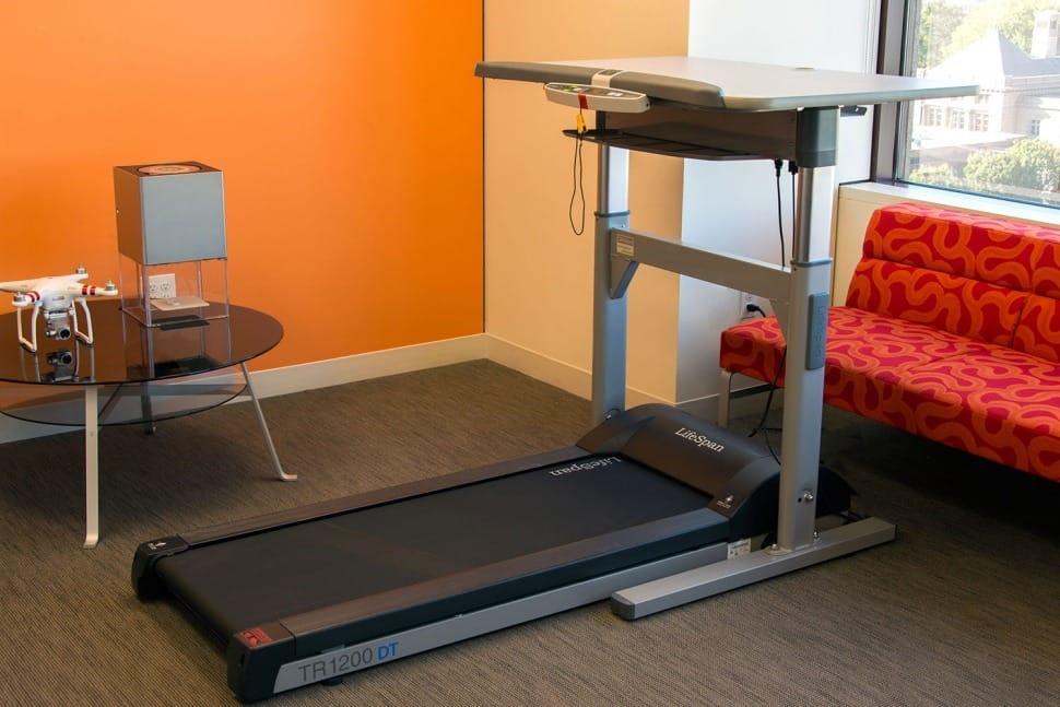 שולחן משרדי המשלב הלכיון חשמלי של חברת LifeSoan