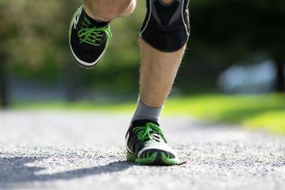 רגליים של אצן בזמן ריצת חימום קלה