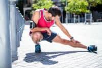 ספורטאי חסון מבצע חימום ומתיחות לפני אימון