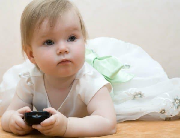 תינוקות עם שלט טלויזיה
