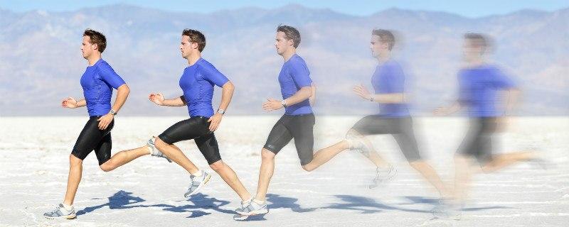 תמונת גבר לבוש בגדי ספורט רץ ריצה מהירה