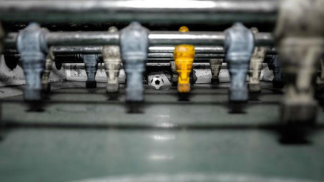 מבט על שולחן כדורגל משופשף