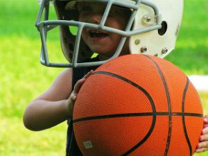 ילד מחזיק כדורסל