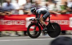 רוכב אופניים מקצועי בדרך לקו הסיום