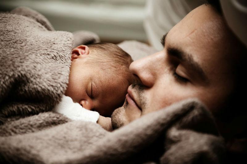 אב ובנו התינוק ישנים יחד