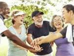 קבוצת קשישים מחייכים במהלך פעילות גופנית