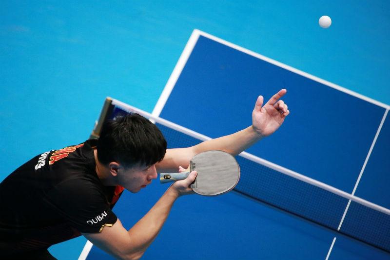 שחקן פינג פונג מגיש כדור