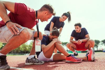 ספורטאית פצועה על מסלול הריצה