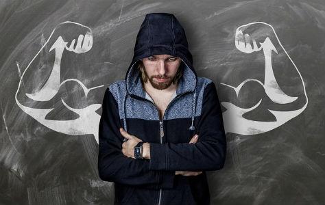גבר רזה על רקע תמונה של ידיים חטובות
