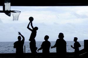 אנשים משחקים כדורסל על רקע ים